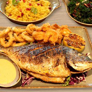 طبق مأكولات بحرية متنوعة